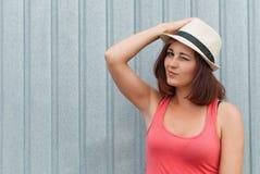 Porträt des schönen stilvollen Mädchens Stockfoto