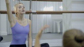 Porträt des schönen Tanzenlehrers Kind-` s an der Ballettschule stock footage