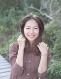 Porträt des schönen toothy Lächelns der jungen Frau mit glücklichem Gesichts- und Freudengefühl Lizenzfreie Stockfotos