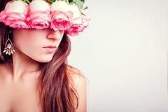 Porträt des schönen tragenden Kranzes der jungen Frau gemacht von den Rosen Schönheitsmodekonzept Gesunde Haut und Haar stockfoto