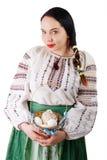 Porträt des schönen weiblichen haltenen Korbes mit Ostereiern lokalisiert auf weißem Hintergrund Lizenzfreie Stockbilder
