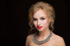 Porträt des schönen weiblichen Modells auf Schwarzem Stockfotografie