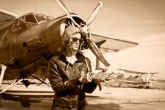 Porträt des schönen weiblichen Piloten stockbilder