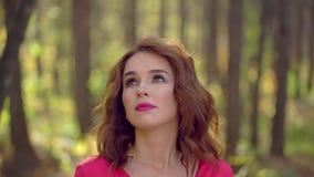 Porträt des Schönheits-Mädchens im roten Kleid mit dem gesunden langen Haar in der Waldglücklichen Frau im Herbst im sonnigen Fal stock footage