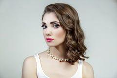 Porträt des Schönheitsmodells mit großen blauen Augen und gewellter Frisur Lizenzfreie Stockbilder