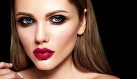 Porträt des Schönheitsmodells mit Make-up und säubern gesunde Haut Stockfotos