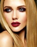 Porträt des Schönheitsmodells mit Make-up und säubern gesunde Haut Lizenzfreies Stockbild