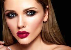 Porträt des Schönheitsmodells mit Make-up und säubern gesunde Haut Lizenzfreie Stockfotografie