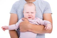 Porträt des schreienden Babys auf Vater ` s Händen lokalisiert auf Weiß Stockbilder