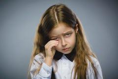 Porträt des schreienden Mädchens der Handlung lokalisiert auf grauem Hintergrund Negatives menschliches Gefühl, Gesichtsausdruck  stockfotografie