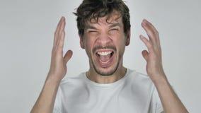 Porträt des Schreiens des jungen zufälligen gehenden Mannes verrückter, weißer Hintergrund stock video