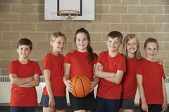 Porträt des Schulbasketballs Team In Gym Stockbild