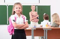 Porträt des Schulmädchens mit Rucksack Stockfoto
