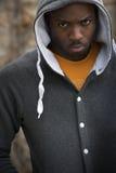 Porträt des schwermütigen jungen schwarzen Mannes Stockfotografie