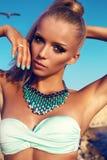 Porträt des sexy Mädchens mit dem blonden Haar und des hellen Makes-up im Bikini Lizenzfreie Stockfotografie