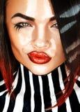 Porträt des sinnlichen Brunette mit nassem Gesicht und der Streifen auf Körper Stockbild