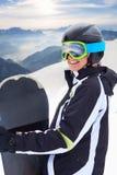 Porträt des Snowboarders auf schöner Landschaft des Hintergrundes des schneebedeckten Hochgebirges Lizenzfreie Stockbilder