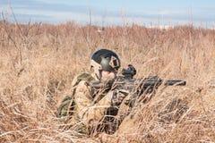 Porträt des Soldaten in den Büschen Stockfotografie