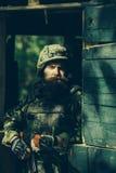 Porträt des Soldaten in der Tarnung stockfotografie
