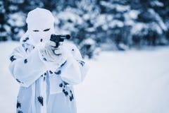 Porträt des Soldaten in der Tarnung und im weißen Maskenkopfschutz stockfotos