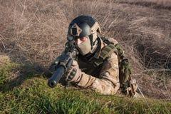 Porträt des Soldaten im Hinterhalt, der mit Gewehr zielt Lizenzfreies Stockbild