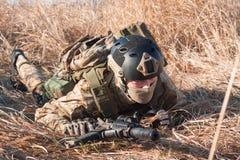 Porträt des Soldaten kriechend mit Gewehr Stockfotografie