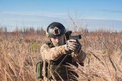 Porträt des Soldaten mit Pistole Stockfotografie
