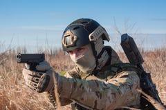 Porträt des Soldaten mit Pistole in den Händen Lizenzfreies Stockfoto