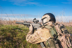 Porträt des Soldaten sitzend im Hinterhalt und im Zielen Stockbild