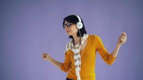 Porträt des sorglosen Hippies hörend Musik in den Kopfhörern und im Tanzen stock video footage