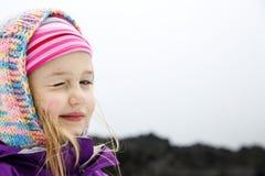Porträt des spielerischen und sorglosen kaukasischen Mädchens Stockfotos