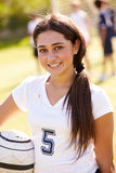 Porträt des Spielers im weiblichen Highschool Fußball-Team Lizenzfreie Stockbilder