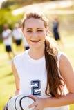 Porträt des Spielers im weiblichen Highschool Fußball-Team Stockfotografie