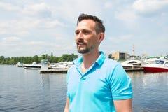 Porträt des Sportseglers im Jachthafenhintergrund Sommerferien-Segelsportzeit für männlichen Lebensstil lizenzfreies stockfoto