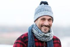 Porträt des städtischen sehr lächelnden Kerls Glücklicher Mann im Hut mit Ball und Schal Lustiger Mann lächelt zu Ihnen Nahaufnah stockbild