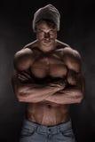 Porträt des starken athletischen Eignungsmannes über schwarzem Hintergrund stockbilder