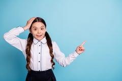 Porträt des stilvollen beeindruckten Mädchens haben die unglaubliche Neuheit der auserlesenen Entscheidung, die über blauem Hinte lizenzfreies stockfoto