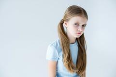 Porträt des stilvollen ernsten Mädchens mit dem langen Haar stockbild