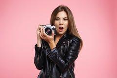 Porträt des stilvollen Mädchens alte Kamera halten, schauend überrascht überrascht Lizenzfreie Stockfotografie
