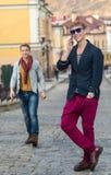 Porträt des stilvollen modernen jungen Mannes, der auf der Straße bleibt Stockfotografie