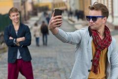 Porträt des stilvollen modernen jungen Mannes, der auf der Straße bleibt Lizenzfreies Stockfoto