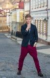 Porträt des stilvollen modernen jungen Mannes, der auf die Straße geht Lizenzfreies Stockfoto