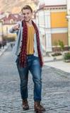 Porträt des stilvollen modernen jungen Mannes, der auf die Straße geht Lizenzfreie Stockfotografie