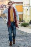 Porträt des stilvollen modernen jungen Mannes, der auf die Straße geht Stockfotos