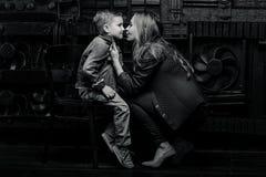 Porträt des stilvollen netten kleinen Jungen mit schöner Mutter Stockbilder