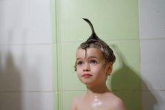 Porträt des stilvollen schönen kleinen Jungen mit Bogen auf ihrem Kopf Lizenzfreies Stockfoto