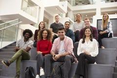 Porträt des Studenten Group On Steps des Campus-Gebäudes stockfotos