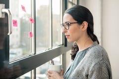 Porträt des Tages der jungen Frau, der während des Bruches im Büro träumt Lizenzfreie Stockbilder