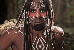 Porträt des Taino-Inders mit Dreadlocks und der roten Körpermalerei auf seinem Gesicht Stockfoto