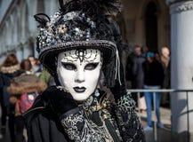 Porträt des tragenden Kostüms und der Maske der Frau auf venetianischem Karneval Stockbilder